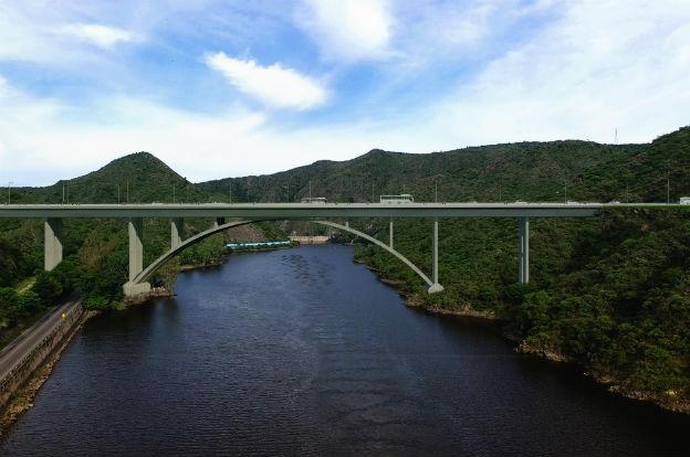 Un gran puente sobre el San Roque